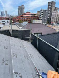 既存屋根の上にルーフィングを張っていきます