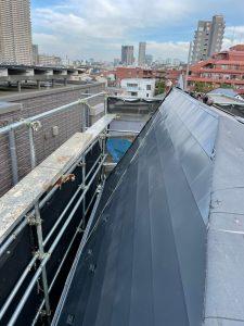 屋根材である「さいわいルーフ しおさい」を張っていきます