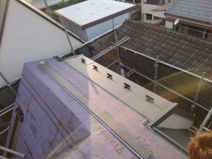 新しい屋根となる屋根材を葺いていきます